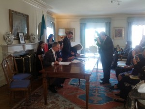 Prof. Bill De Grado, de Magistris, and Prof. Angela Lombardi signing a scientific agreeemnt for research in neuroprotection and cardiprotection and the  benefits of Mediterranean Diet